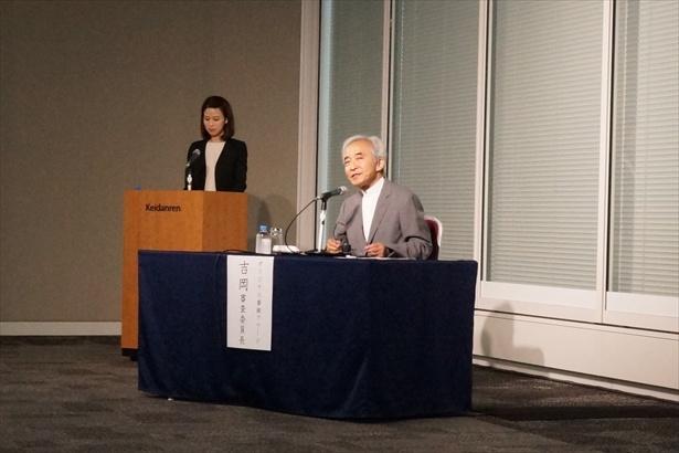 審査委員長を務める作家の吉岡忍氏(写真手前)が総評を述べた