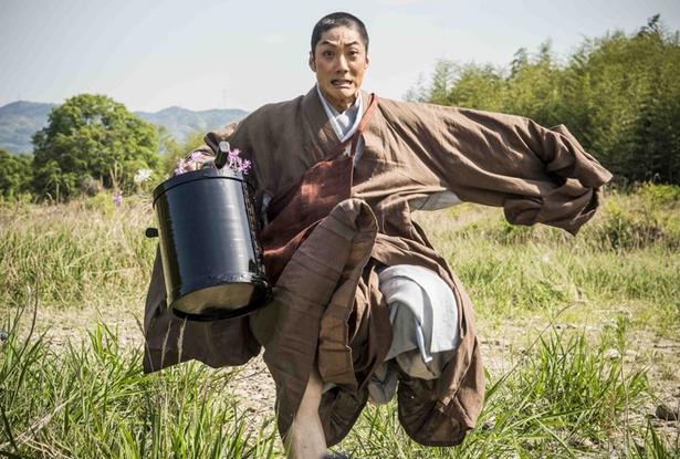 野村萬斎が戦国時代に実在した京都の花僧に扮した『花戦さ』