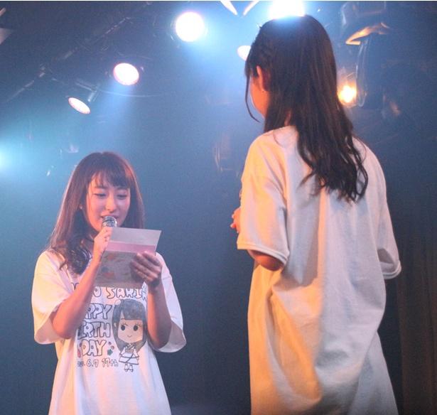 リーダー・れいあん(汐咲玲亜)が、真野ちゃんに向けた手紙を読み上げる