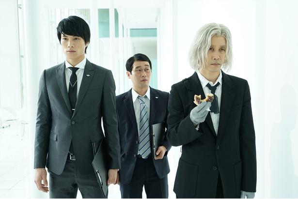 CCG本局所属の一等捜査官・亜門鋼太朗役に鈴木伸之(左)