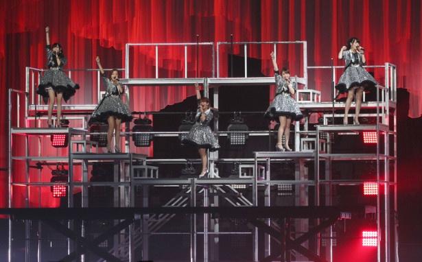 上下に稼働するステージセットやスクリーンを使ったパフォーマンスなど、豪華なステージセットで楽曲を披露した