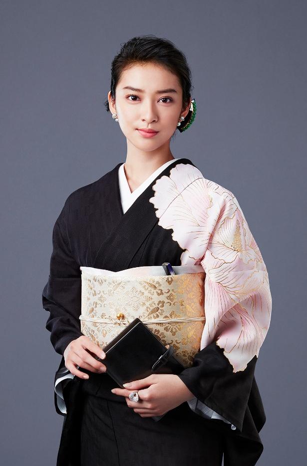 「黒革の手帖」で主人公・原口元子を演じる武井咲