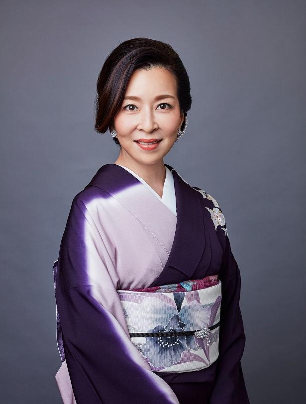 元子が最初に夜の世界に足を踏み入れ、働いたクラブ「燭台」のママ・岩村叡子を演じる真矢ミキ