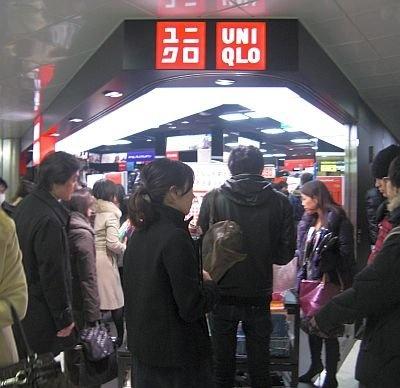 【メトロの駅でユニクロが大盛況!】