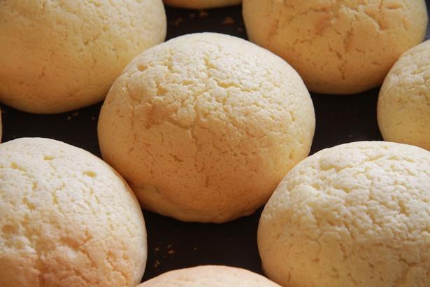 旭山動物園くらぶパン小屋の「メロンパン」。店内のオーブンで焼かれていて、外はサクサク、中はふわふわの食感が楽しめる