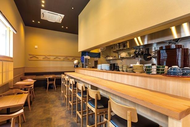 カウンター席とテーブル席がある落ち着いた雰囲気の店内/甘味と和食 香穂