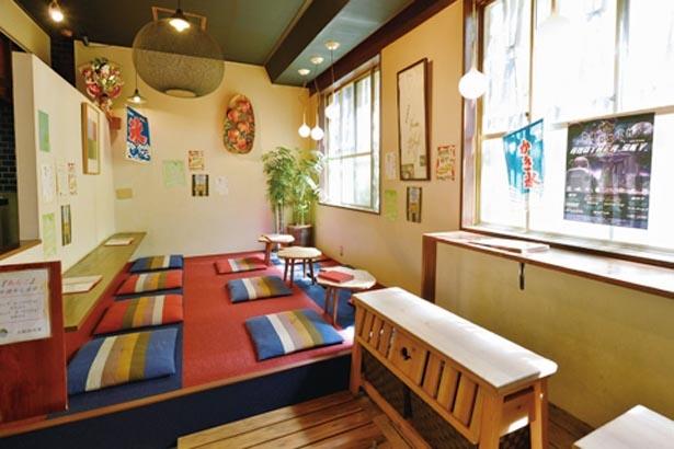 カウンターと鯛の形をしたテーブルが並ぶ店内。看板メニューの「鯛焼き」(150円)も/大阪浪花家