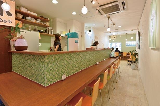 一人でも利用しやすいキッチン前のカウンター席が中心。店の奥には公園が眺められるテーブル席もある/がるる氷