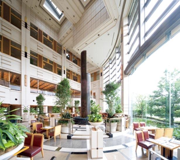 ホテルのテーマ「水、緑、花そして光と影」を表現した24mの吹き抜けのアトリウムは開放感抜群/帝国ホテル 大阪 ロビーラウンジ「ザ パーク」