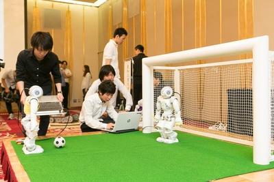 【写真を見る】愛知県立大学 Camellia Dragonsによるサッカーロボット「NAO」のデモンストレーション