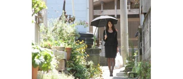 今回彼女が演じるのは、台風が来るたび疼いてしまう未亡人