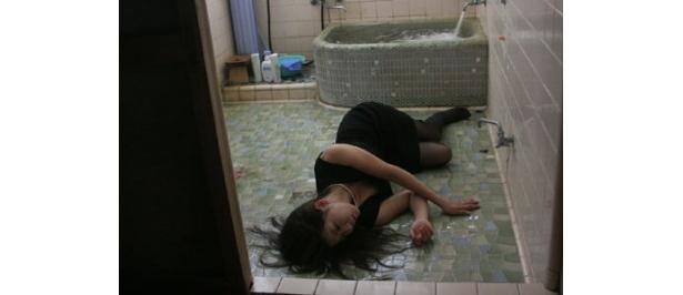 風呂場で倒れ込む主人公・澪。いったい何が!?