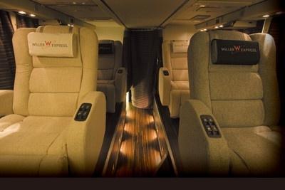 ウィラーエキスプレスの「エグゼクティブ」は2列シート。幅80cmのシートでゆったりしていて、リクライニングは電動だ