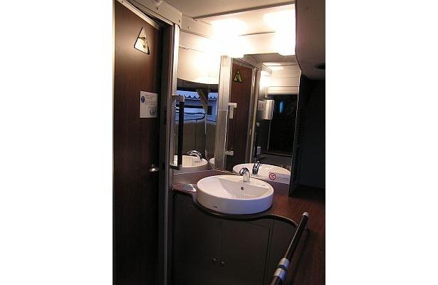 キラキラ号のトイレは、洗面台も広い!これなら化粧直しもラクラクだ