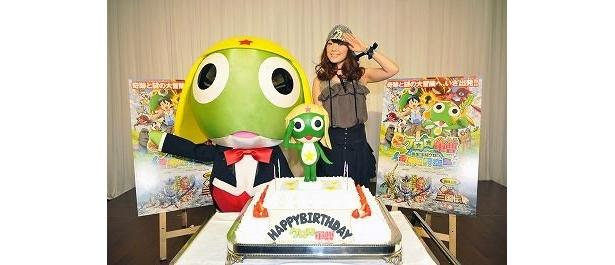 ケロロ軍曹の誕生日ケーキ。平原綾香もお祝いに駆けつけた
