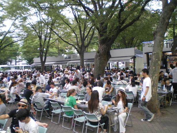 公園の緑と青い空が広がる、日本最大級のビール空間を楽しもう