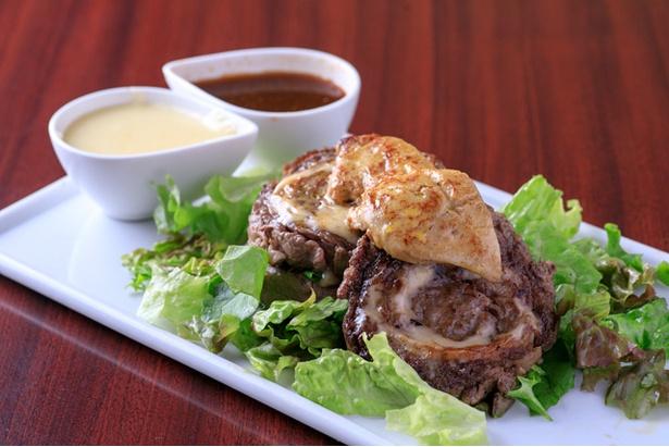 博多肉最強伝説の「ロールステーキのフォアグラのせ チーズソース添え」。牛肉をミルフィーユ状に巻いた、新スタイルのステーキに注目だ