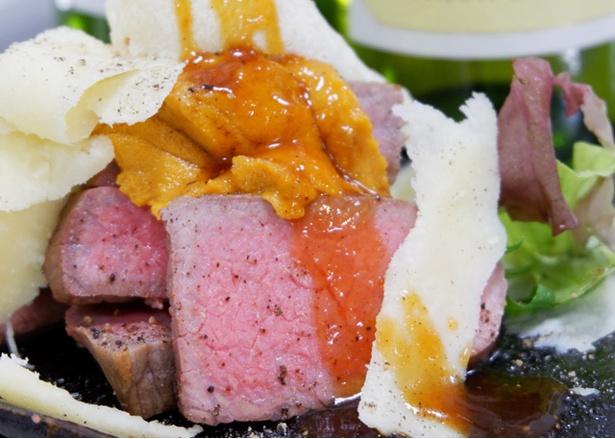 """元祖北海道イタリアン 炭リッチの「道産牛ステーキ チーズ&とろけるウニのせ」。オシャレな""""肉イタリアン""""は女性にオススメ"""