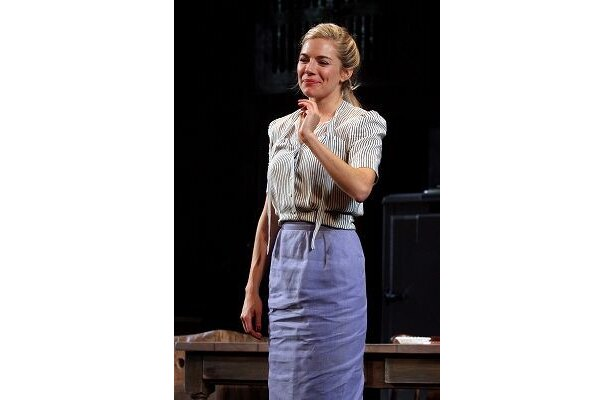 シエナ・ミラーはジュードと同時期にブロードウェイに立ち、復縁のきっかけに