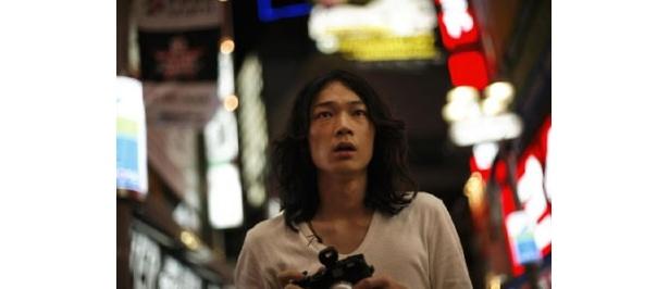 注目のイケメン・綾野剛が、今度はカメラマン役に挑戦