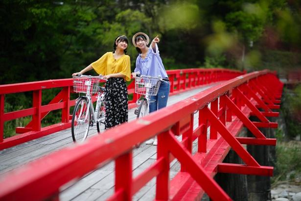 観光案内所で自転車をレンタルして散策を楽しむ2人