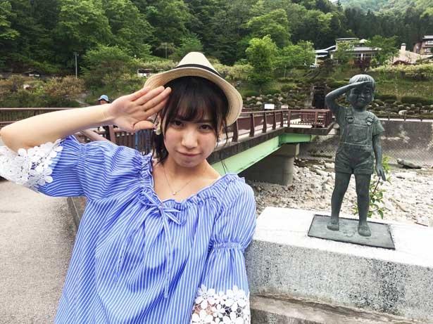 恩出橋の近くで少年像を見つけた荒井優希。北野瑠華の「敬礼!」の声のもと、少年と同じポーズをとる