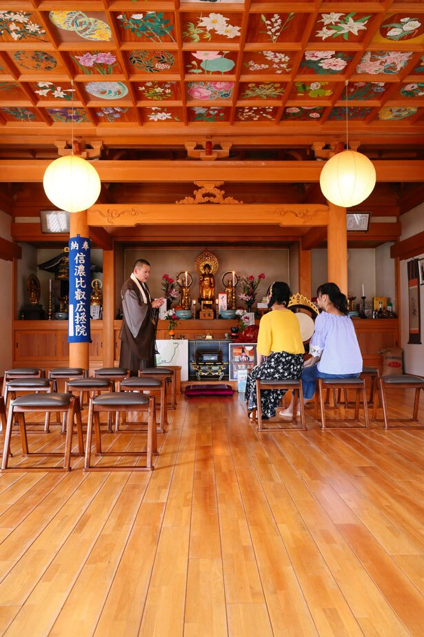 廣拯院(こうじょういん)の住職から、比叡山延暦寺より分灯された「不滅の法灯」について話を聞く