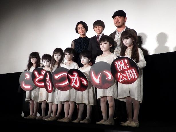 映画「こどもつかい」公開記念舞台あいさつに出席した(後列左から)門脇麦、中野遥斗、清水崇監督