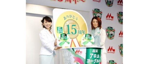 キャンペーンパッケージになったことに照れる東尾理子選手(写真左)と菅山かおる選手(同右)