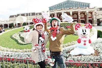 クリスマスの東京ディズニーランドはさらにロマンチック! 【1】エントランスのサンタミッキーの花壇前で記念撮影したら、願いをかなえるための伝説コースに出発!