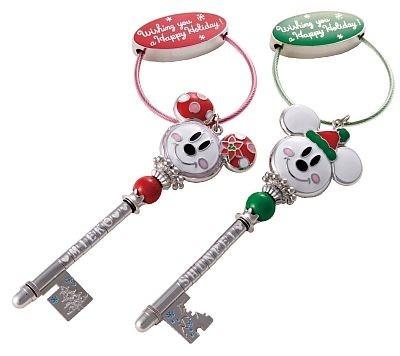 【2】クリスマスデザインの「「ディズニー・ドリームキー」(各1800円)と、アルファベットのビーズ(100〜300円を買ってお互いの名前を入れ合おう!