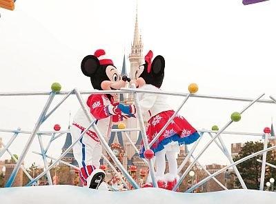 【4】「ホワイトホリデーパレード」(1日2回、各回約45分)のミッキー&ミニーのキスシーンはキュート! とてもハッピーな気分になる