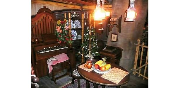 【6】スイスファミリー・ツリーハウスにあるクリスマ スの装飾を探し出そう。リビングルームにツリーが飾られ、オルガンからはクリスマスソングも
