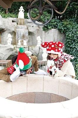 【7】ファンタジーランドでは、白雪姫の井戸で耳を澄ますと、時折、白雪姫の歌声が…。歌声を聞きながら願いを祈ろう
