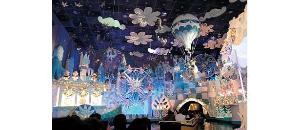 【9】10年1月5日(火)までホリデーシーズンが描かれるプログラムになっているイッツ・ア・スモールワールド。子供たちが歌うクリスマスソングに癒される