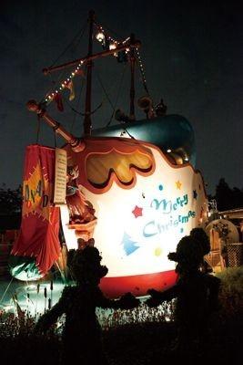 大きな靴下がかけられているドナルドのボートもクリスマスの飾り付け/トゥーンタウン