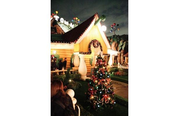 ミッキーの家のツリーは赤・緑・黄のクリスマスカ ラーの電球で彩られている/トゥーンタウン
