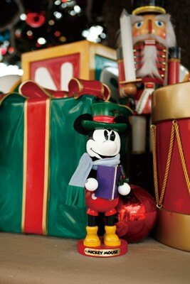 ツリーの下にはミッキーの人形も!見つけ出して、退園前に記念写真を