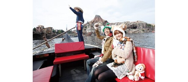クリスマス一色のパークをヴェネツィアン・ゴンドラで進む。願い事がかなう橋で、たくさんお願いしよう