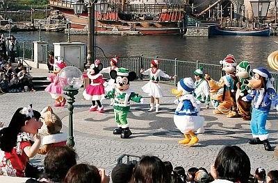 【START】開園して最初に行われるショー「ミート&スマイル」。クリスマスコスチュームのキャラクターに間近であいさつすれば幸せ度アップ!?