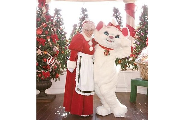 【4】サンタ&ミセスサンタも一緒のクリスマス限定のグリーティングで記念撮影を。写真はウォーターフロントパークの「ミセスサンタとマリーのホリデーグリーティング」