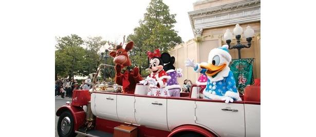 【5】2台のビッグシティ・ヴィークルに乗って、 クリスマスコスチュームのキャラクターが現れる「ジョリーホリデードライブ」。ルートは決まっていないので、偶然会えたらラッキー!