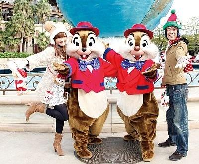 【6】初お披露目のクリスマスコスチュームで登場するキャラクターたちと記念撮影。写真のエントランスのほか、アメリカンウォーターフロントなどでも実施