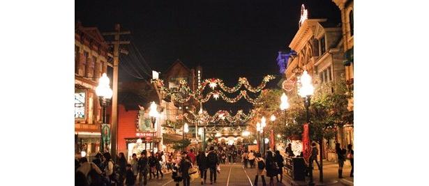 ブロードウェイにはガーランドがかかり、クリスマスムード満点