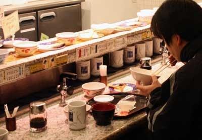 年々広がりを見せつつある朝食マーケット。東京駅構内にある人気回転寿司チェーン店「うず潮 東京本店」は、回転寿司ならぬ回転朝食が大人気の店