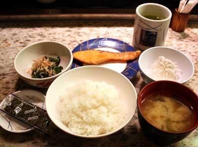 「うず潮 東京本店」の、回転朝食より。焼き鮭、おひたし、しらすおろしなど、こちらはサッパリタイプ