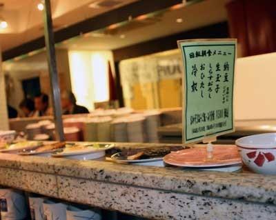 「うず潮 東京本店」のレーンにはメニューも廻っている