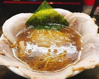 花びらのようにバラチャーシューが盛り付けられた「六輪華ラーメン」(並 1000円)