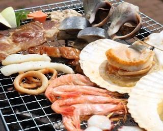 景色と食を両方楽しむなら、浜焼きが一番……!?