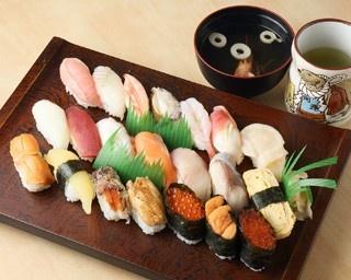 普段使いができる庶民的寿司店として市民に愛され続け、出張族や観光客にも人気。名物は「蛇の目スペシャル」(2500円・税別)